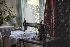 歌手缝纫机在哥萨克房子里 库存图片