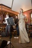 歌手,流行音乐小组的歌唱者鸡尾酒,凯瑟琳Symagina 免版税图库摄影