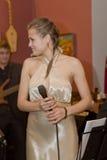 歌手,流行音乐小组的歌唱者鸡尾酒,凯瑟琳Symagina 库存图片