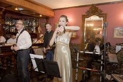 歌手,流行音乐小组的歌唱者鸡尾酒,凯瑟琳Symagina 免版税库存照片
