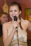 歌手,流行音乐小组的歌唱者鸡尾酒,凯瑟琳Symagina 库存照片