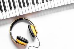 歌曲作者或dj有合成器和耳机的工作地点白色背景顶视图大模型的 免版税库存图片