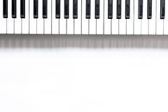 歌曲作者或dj有合成器的工作地点白色背景顶视图大模型的 免版税图库摄影