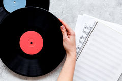 歌曲作者或dj有笔记本和vynil纪录的工作地点石背景顶视图大模型的 库存图片