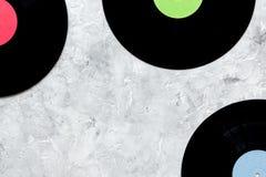 歌曲作者或dj有笔记本和vynil纪录的工作地点石背景顶视图大模型的 免版税图库摄影
