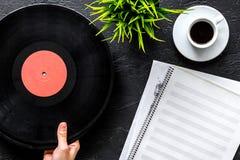 歌曲作者或dj有笔记本和vynil纪录的工作地点黑背景顶视图大模型的 免版税库存照片