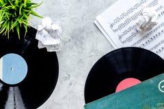 歌曲作者或dj有vynil的工作地点石背景顶视图的 免版税图库摄影