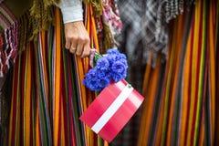 歌曲和舞蹈节日在拉脱维亚 队伍在里加 装饰品和花的元素 拉脱维亚100年 免版税库存图片