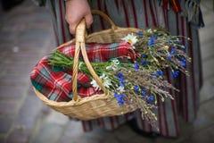 歌曲和舞蹈节日在拉脱维亚 队伍在里加 装饰品和花的元素 拉脱维亚100年 库存照片