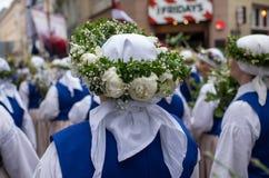 歌曲和舞蹈节日在拉脱维亚 队伍在里加 装饰品和花的元素 拉脱维亚100年 图库摄影