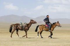 歌曲Kul,吉尔吉斯斯坦, 2018年8月8日:吉尔吉斯乘驾他的在干草原的马 图库摄影