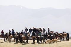 歌曲Kul,吉尔吉斯斯坦, 2018年8月8日:许多吉尔吉斯人民遇见他们的马在歌曲kul湖 免版税库存照片