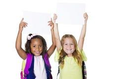 阻止一个空白的标志的两个逗人喜爱的孩子 免版税图库摄影
