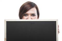 阻止一个空白的黑板的妇女 免版税库存图片
