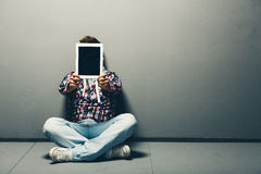阻止一种空白的片剂的年轻人 免版税图库摄影