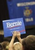 阻止伯尼・桑德斯标志的女孩在政治集会 免版税库存照片