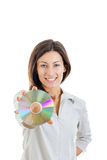 阻止光盘的美丽的白种人偶然微笑的妇女 免版税库存照片