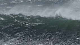 终止加利福尼亚的海岸巨大的海浪 股票录像