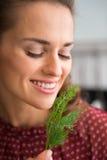 阻止和嗅到新鲜的莳萝的微笑的妇女特写镜头 库存照片