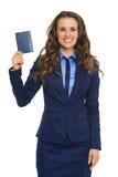 阻止护照和微笑的典雅的女实业家 库存照片