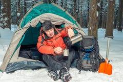 止步不前在一次远足在冬天森林里 免版税图库摄影