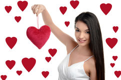 阻止红色心脏的美丽的深色的女孩。愉快的妇女,情人节。 库存照片