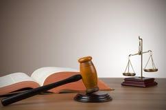 正义、惊堂木和书金黄标度  免版税库存图片