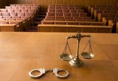 正义和手铐装饰缩放比例  免版税图库摄影