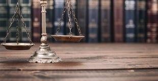正义和法律书籍标度在木背景的 图库摄影