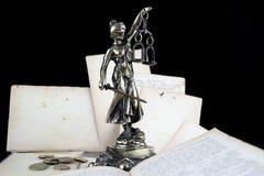 正义夫人、旧书和欧洲硬币。律师背景 库存照片