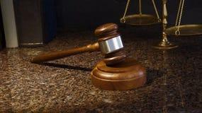 正义惊堂木、标度和在大理石的法律书籍 库存照片