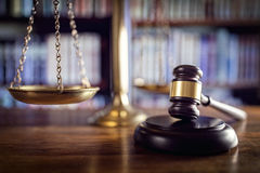 正义惊堂木、标度和法律书籍 免版税图库摄影