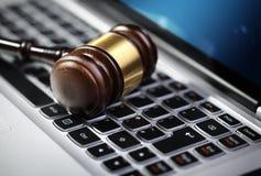 正义惊堂木和便携式计算机键盘 免版税库存照片