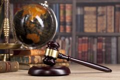 正义木法官` s惊堂木和标度  法律 法官` s办公室 库存照片