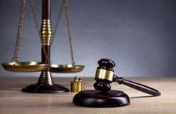 正义木法官` s惊堂木和标度  法律 法官` s办公室 库存图片