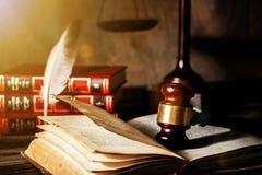 正义标度和木惊堂木 3d概念金黄正义垫座回报缩放比例 库存图片