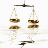 正义标度在水的 免版税库存照片
