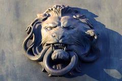 正义狮子杀害蛇雕象恶习对智慧 库存照片