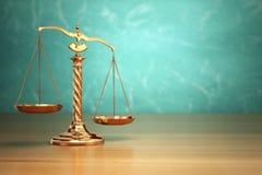 正义的概念 在绿色背景的法律标度 库存照片