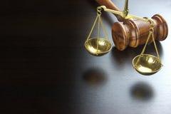 正义的法官惊堂木和标度在黑表上的 图库摄影
