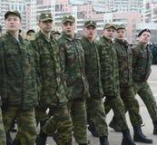 正义的莫斯科军校学生军团的军校学生为11月7日的游行做准备在红场 库存照片