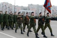 正义的莫斯科军校学生军团的军校学生为11月7日的游行做准备在红场 库存图片