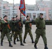 正义的莫斯科军校学生军团的军校学生为11月7日的游行做准备在红场 免版税库存照片