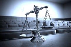 正义装饰标度在法庭 库存照片