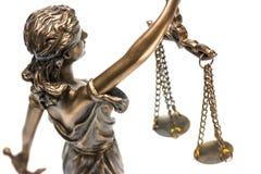 正义雕象与在白色,法律法律隔绝的标度的, a 库存照片
