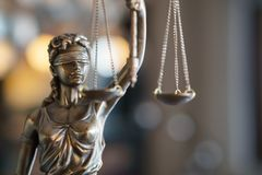 正义雕象与标度的在律师事务所 免版税库存照片