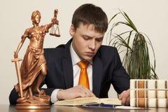 正义雕象和律师 免版税图库摄影