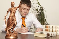 正义雕象和律师 免版税库存图片