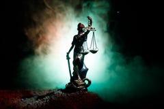 正义雕象-夫人正义或Iustitia/Justitia正义的罗马女神在黑暗的火背景的 免版税库存照片