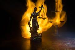 正义雕象-夫人正义或Iustitia/Justitia正义的罗马女神在黑暗的火背景的 免版税库存图片